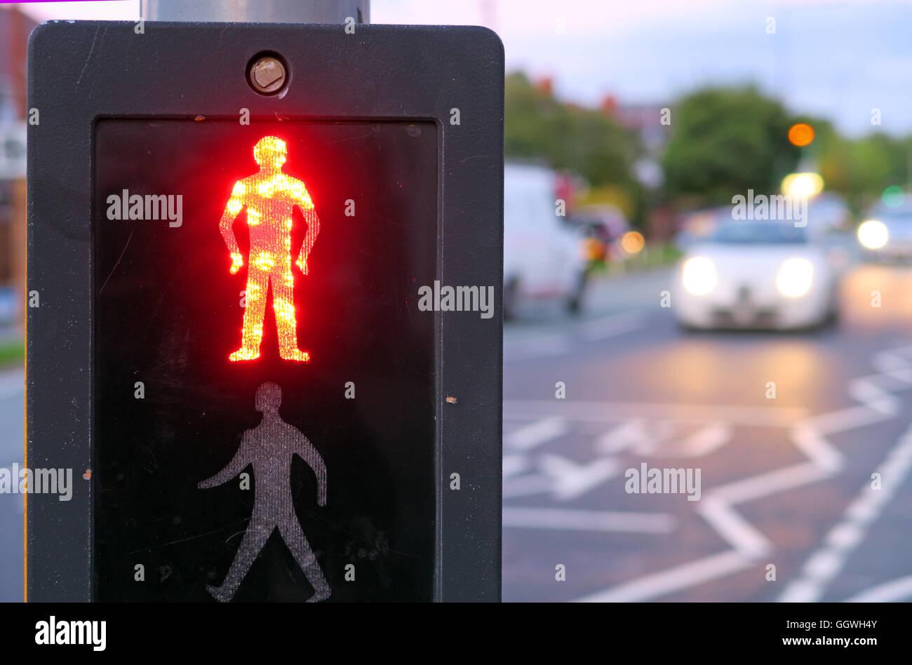 Laden Sie dieses Alamy Stockfoto Roter Mann bei UK Pelican Crossing, mit Abend Verkehr im Hintergrund - GGWH4Y