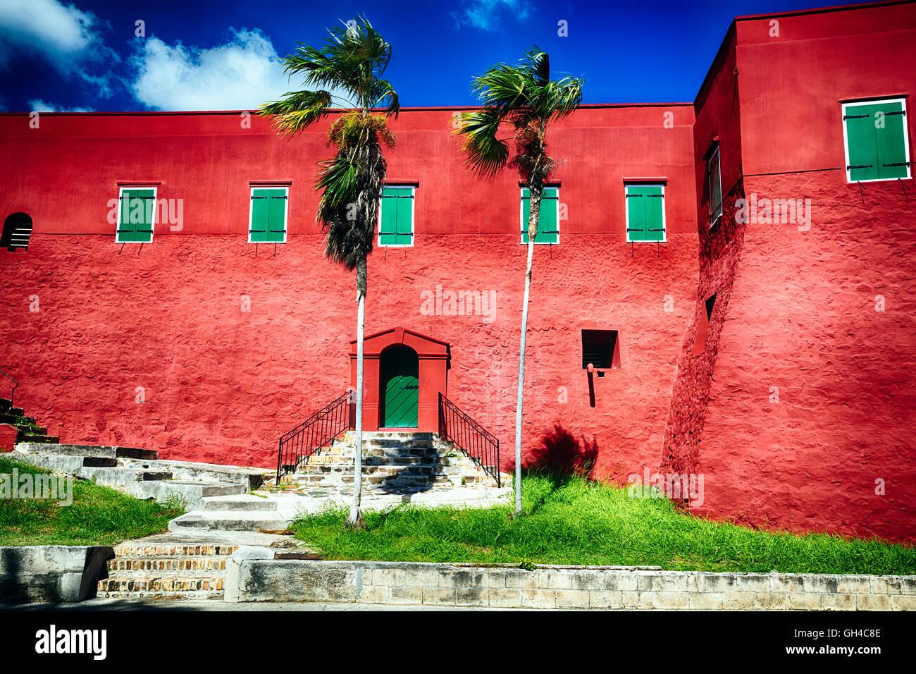 Niedrigen Winkel Ansicht der roten Wänden und grünen Fensterläden Fort Christian, Charlotte Amalie, Stockbild