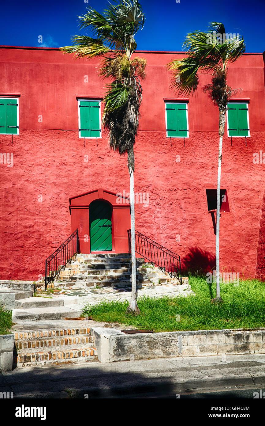 Nahaufnahme der roten Wänden und grünen Fensterläden Fort Christian, Charlotte Amalie, St. Thomas, Stockbild