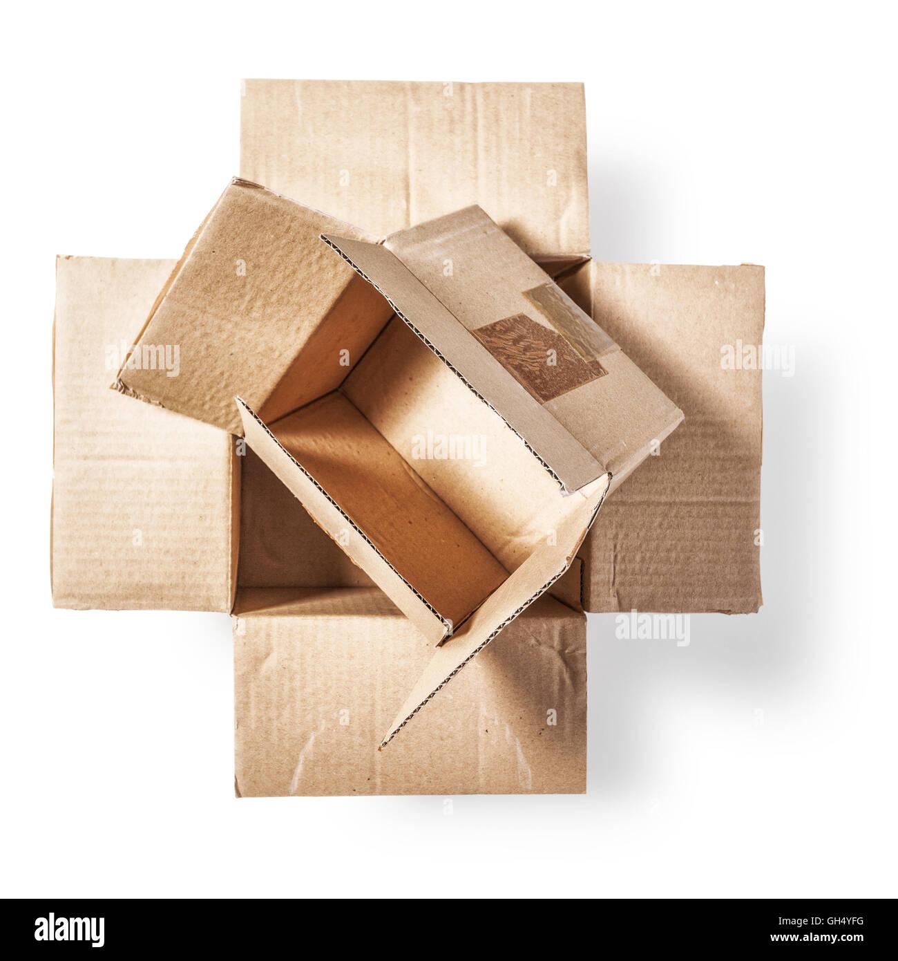 offene kartons verpackungsmaterial objekt isoliert auf wei em hintergrund mit. Black Bedroom Furniture Sets. Home Design Ideas