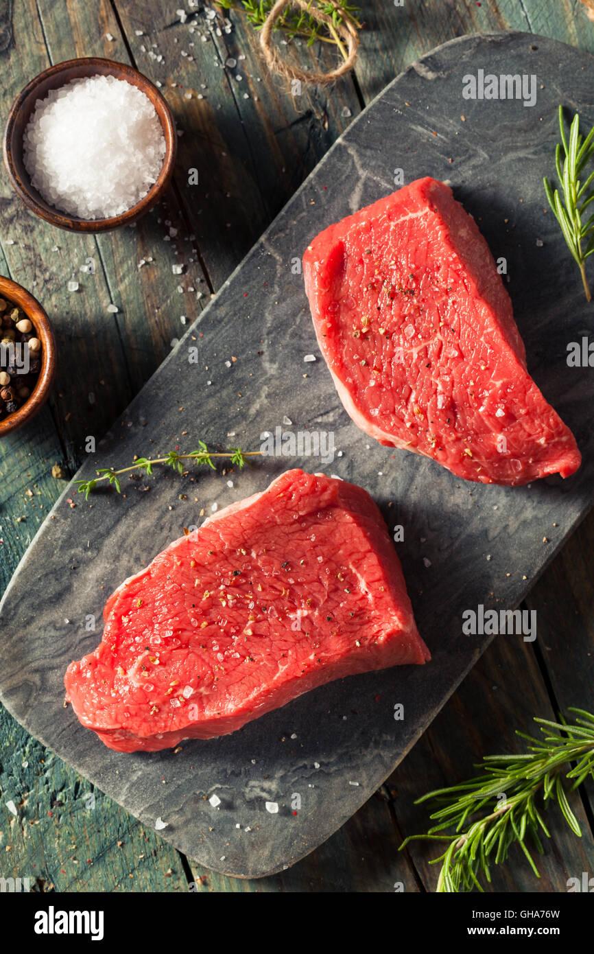 Rohe organische Grass gefüttert Sirloin-Steak mit Salz und Pfeffer Stockbild