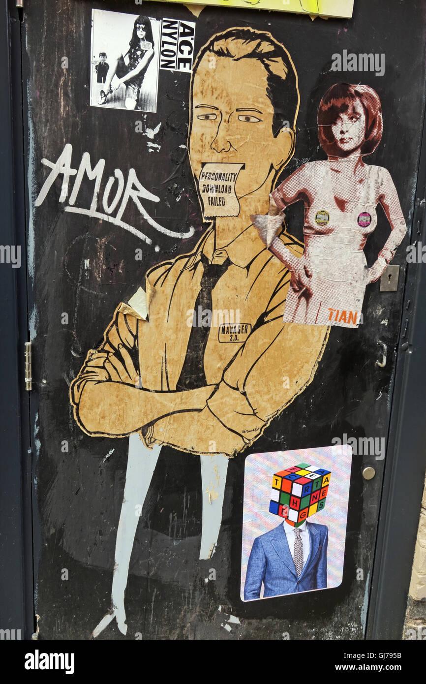 Laden Sie dieses Alamy Stockfoto Mann & Frau an der Tür, nördlichen Viertel Artwork, NQ, Manchester, North West England, Großbritannien, M1 1JR - GJ795B