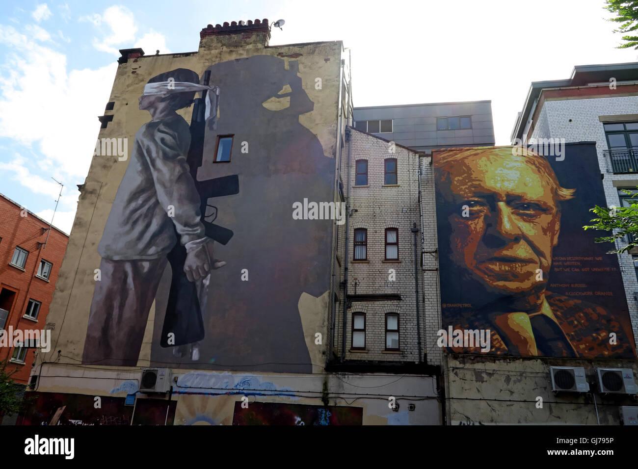 Laden Sie dieses Alamy Stockfoto Autor Anthony Burgess Wandmalerei Kunst arbeiten, mit verbundenen Augen Kind holding Gun, Northern Quarter, Brightwell Spaziergang, Manchester M4 5JD - GJ795P