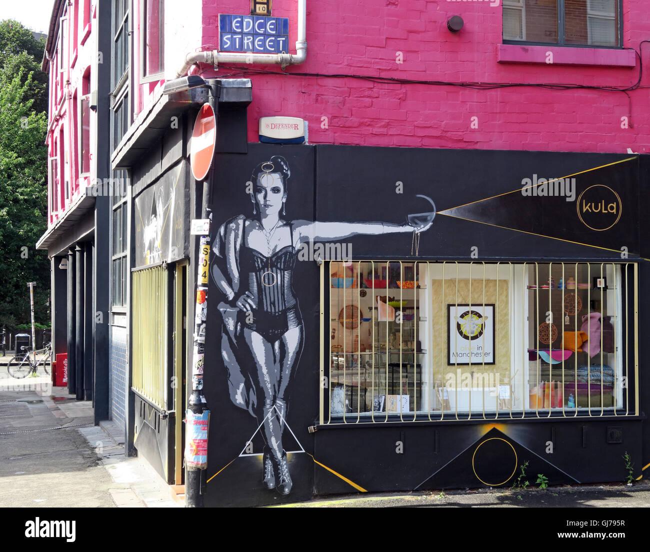 Laden Sie dieses Alamy Stockfoto Edge Street, Northern Quarter, Artwork von einer Frau, Manchester, North West England, UK, M4 1-HW - GJ795R