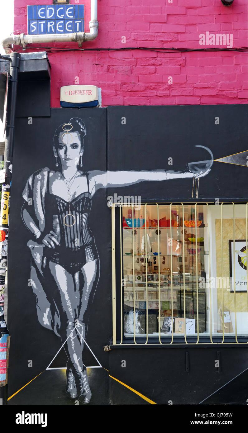 Laden Sie dieses Alamy Stockfoto Edge Street, Northern Quarter, Artwork von einer Frau, Manchester, North West England, UK, M4 1-HW - GJ795W
