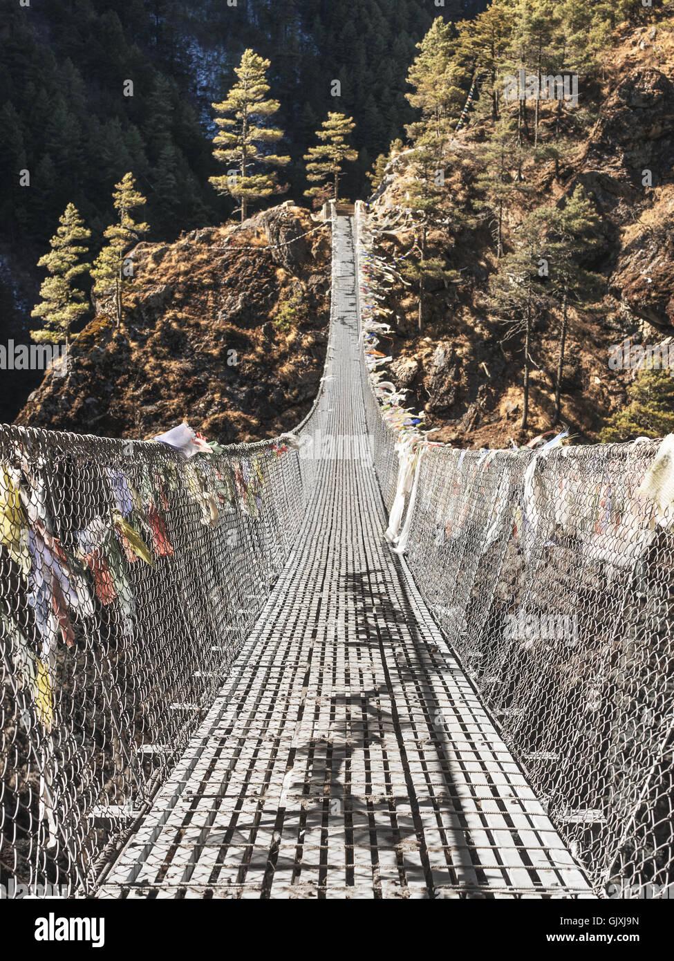 Eine, Gebet Fahne bedeckten Hängebrücke in den Himalaya-Bergen von Nepal Stockbild