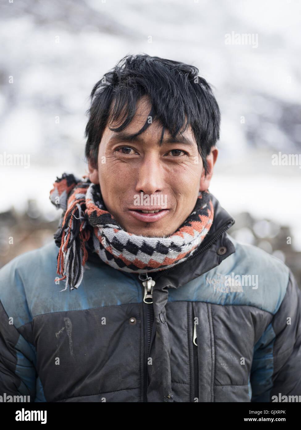 Man macht seinen Weg durch Nepal Everest-Basislager Stockbild