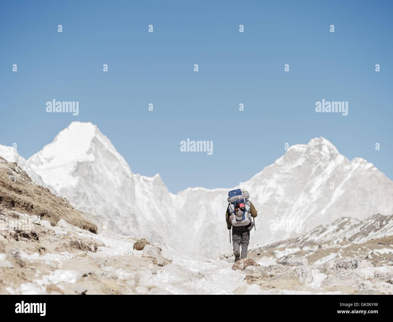 Ein Wanderer macht seinen Weg durch den Schnee bedeckt Himalaya auf seiner Reise von Everest Base Camp Stockbild