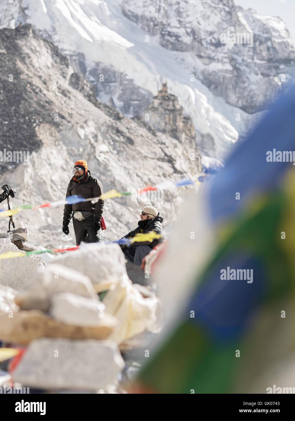 Wanderer machen Sie eine Pause auf ihrer Reise von Everest Base Camp in den Himalaya-Bergen von Nepal Stockbild