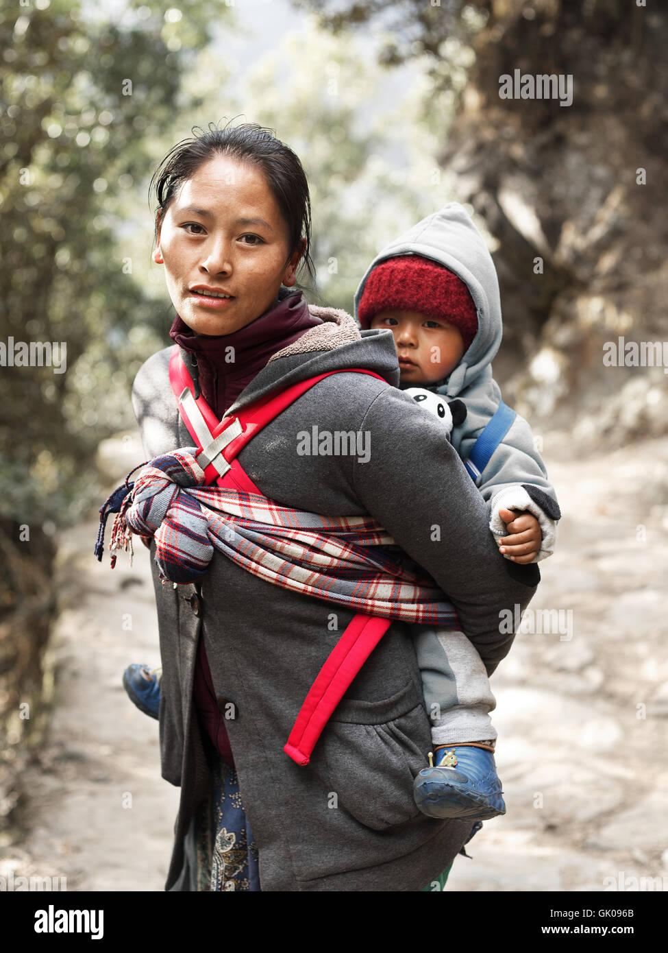 Eine Mutter mit ihrem Kind durch die Berge in der Nähe von Lukla, Nepal Reise Stockbild