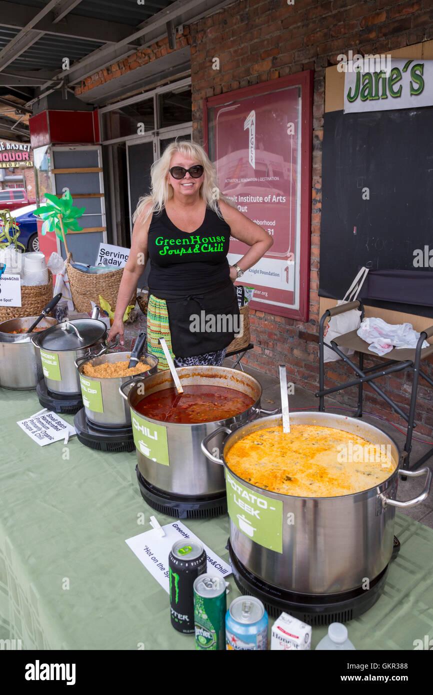 Detroit, Michigan - Jane Bate verkauft ihre Suppen und Chili in einem Sommer Strassenfest statt von einer Nachbarschaft Stockbild