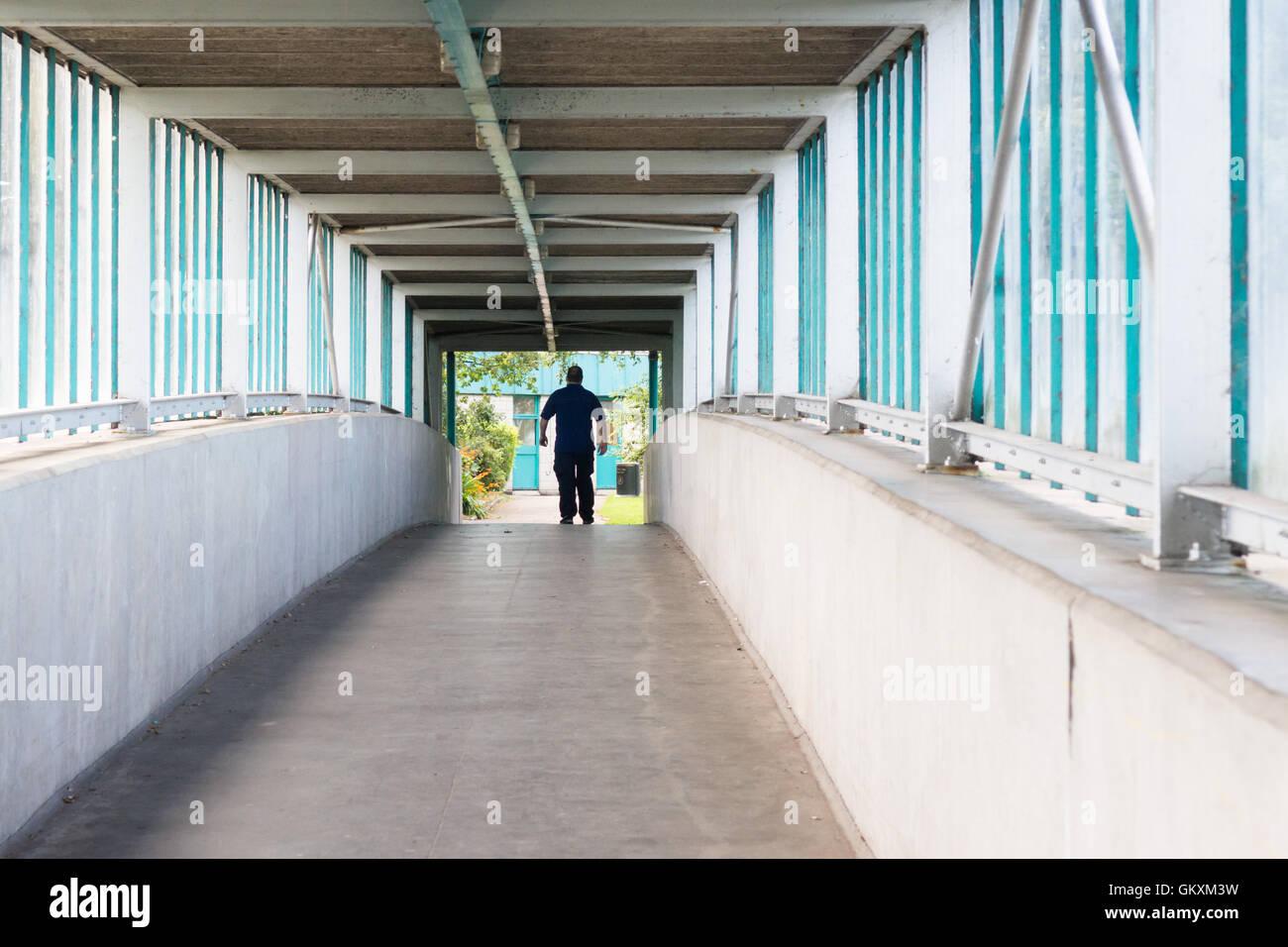 Southwaite Dienstleistungen auf Autobahn M6 Richtung Norden - Fußgängerbrücke führt zu Marken Stockbild