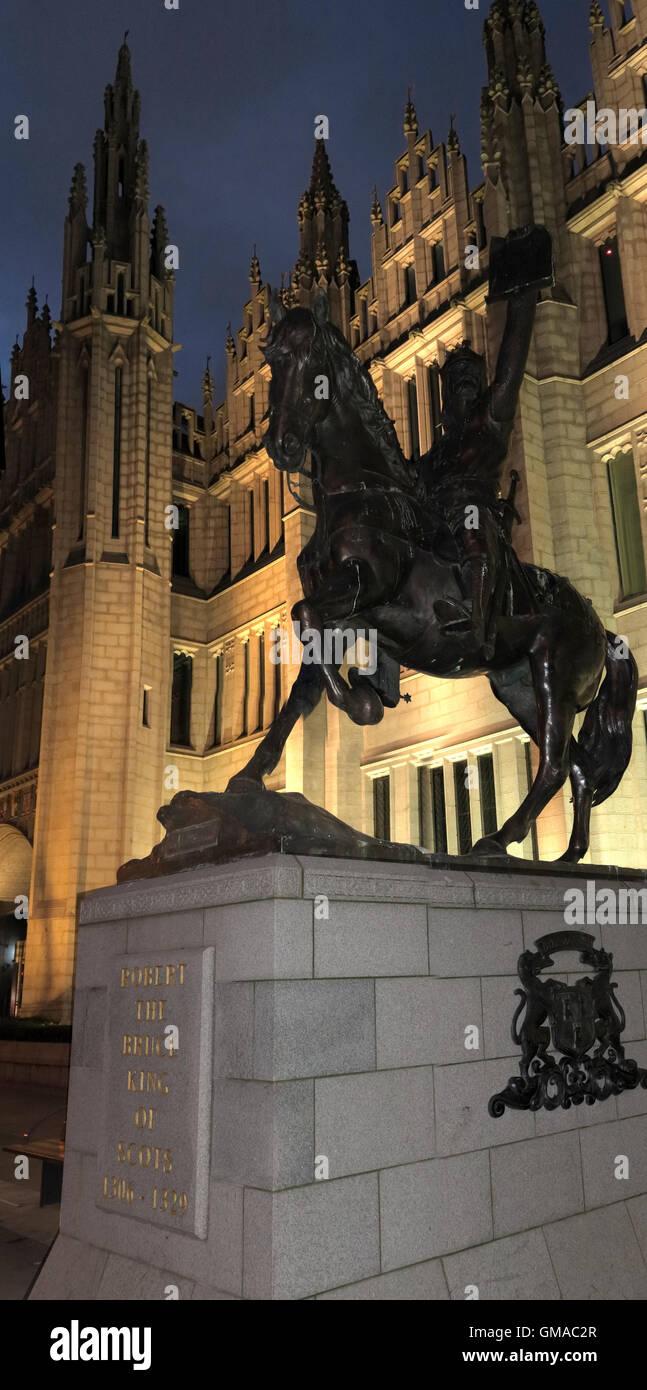 Laden Sie dieses Alamy Stockfoto Robert The Bruce Statue, Marischal College bei Dämmerung, Stadt Aberdeen, Schottland, UK - GMAC2R