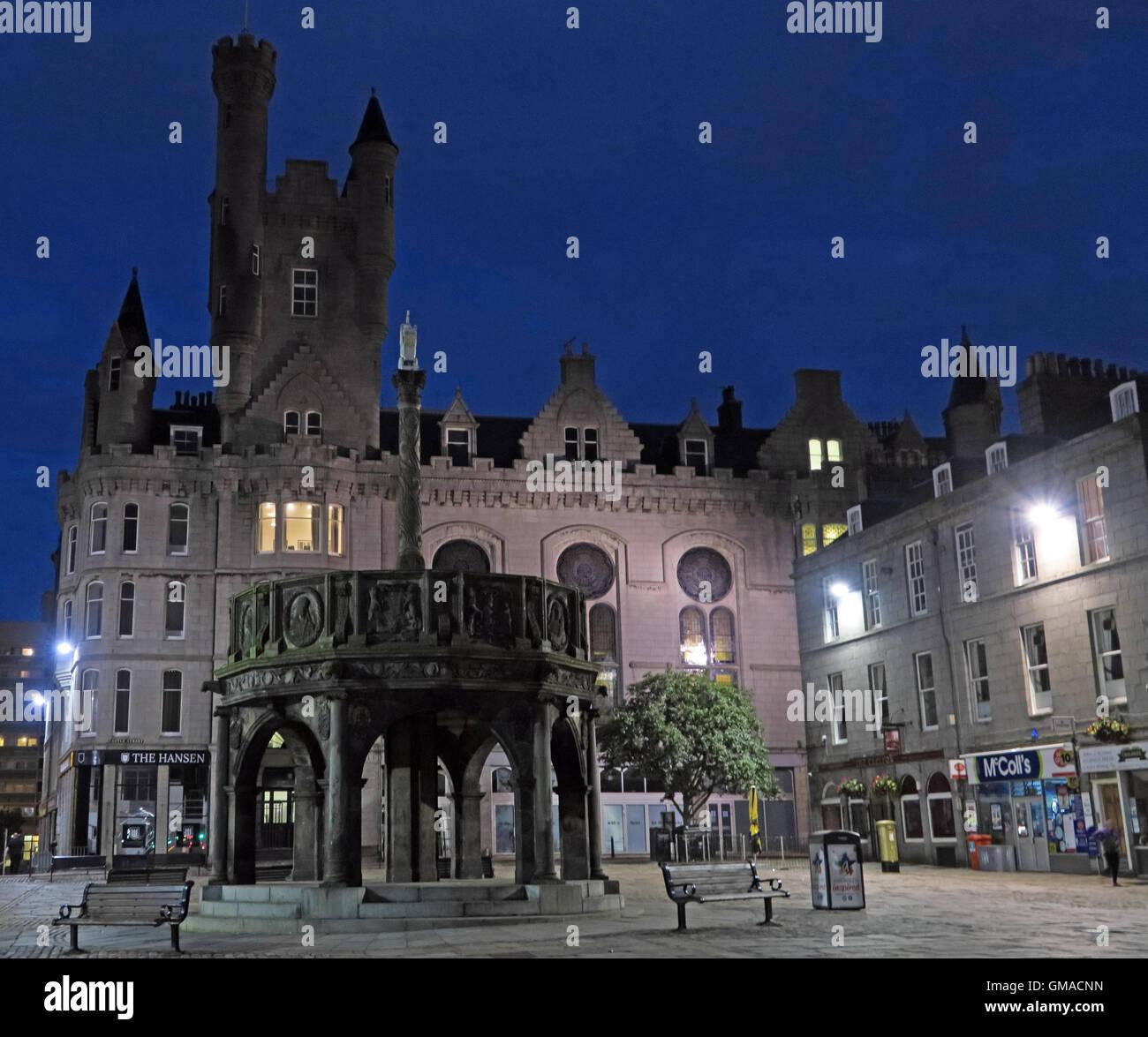 Laden Sie dieses Alamy Stockfoto Castlegate, Mercat Cross Aberdeen City Centre, Schottland, in der Dämmerung - GMACNN