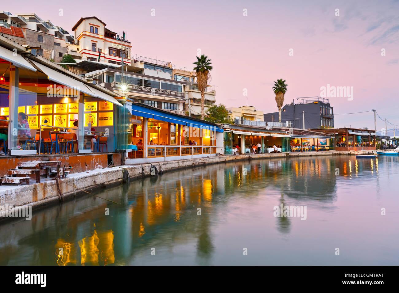 Restaurants und Cafés in der Mikrolimano Marina in Athen, Griechenland. Stockbild