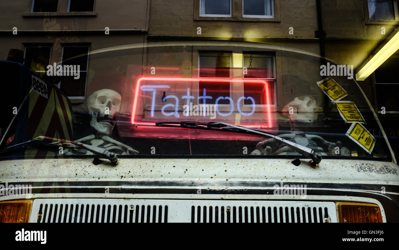 Tattoo shop neon sign stockfotos tattoo shop neon sign for Studio 28 tattoos and body piercing new york ny