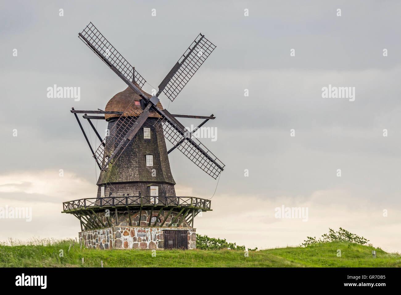 Traditionelle Windmühle an der schwedischen Westküste Stockbild