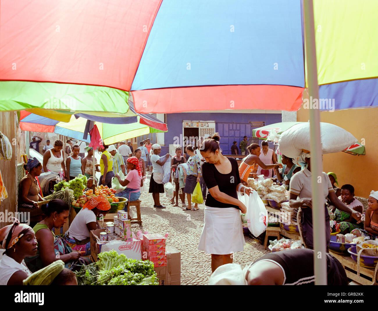 Eine Frau einkaufen bei Mercado de Prahia, ein Morgenmarkt in der Stadt Praia, Santiago, Kapverden, Afrika. Stockbild