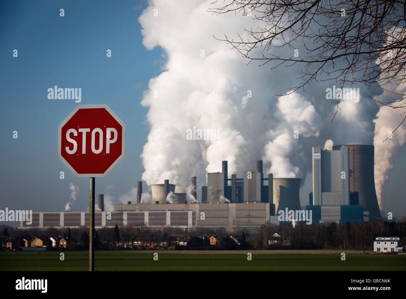 Veraltete Kohle Pflanze Niederaußem mit Stop-Schild Stockbild