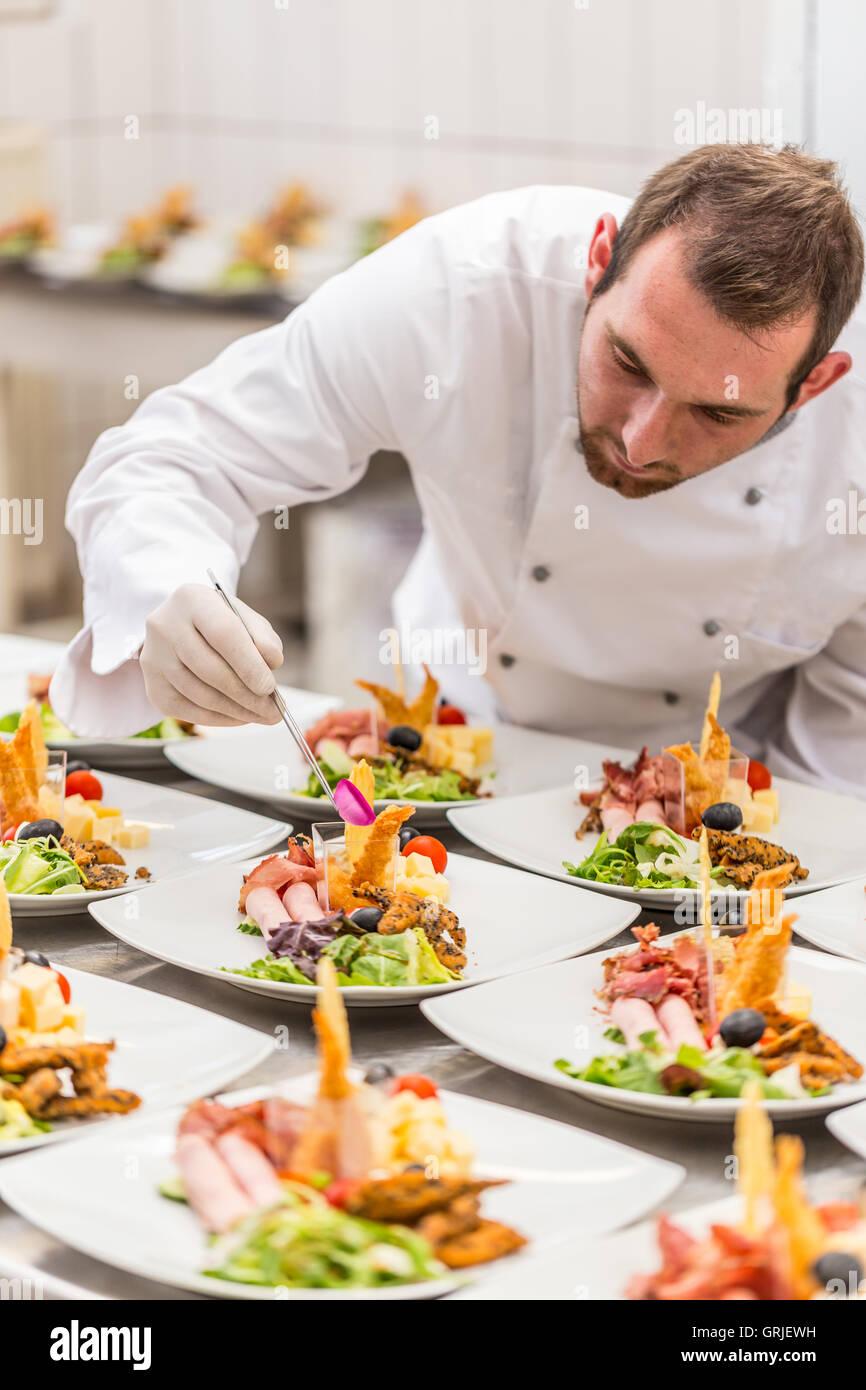 Küchenchef ist köstliche Vorspeise Teller dekorieren, gehobene Küche restaurant Stockbild