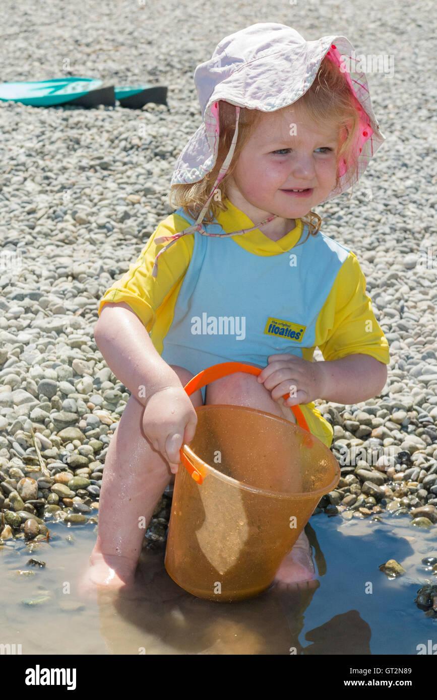 Zwei 2 Jahre altes Mädchen Kleinkind / Kind mit Sonnenhut, Badeanzug ...