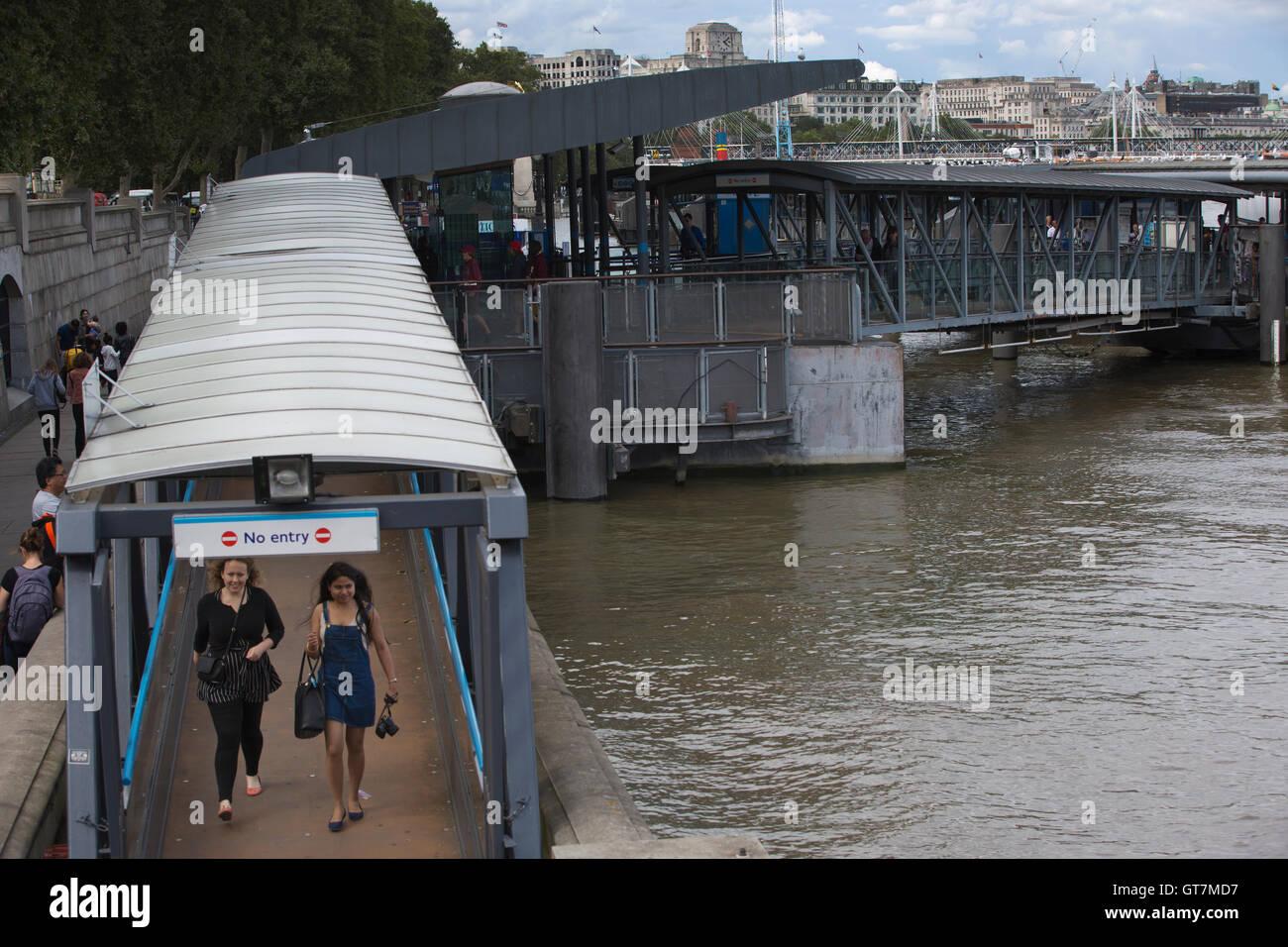 Thames River, MBNA Thames Clippers, Riverboat-Dienste auf der Themse zwischen wichtige Reiseziele in London, England Stockbild