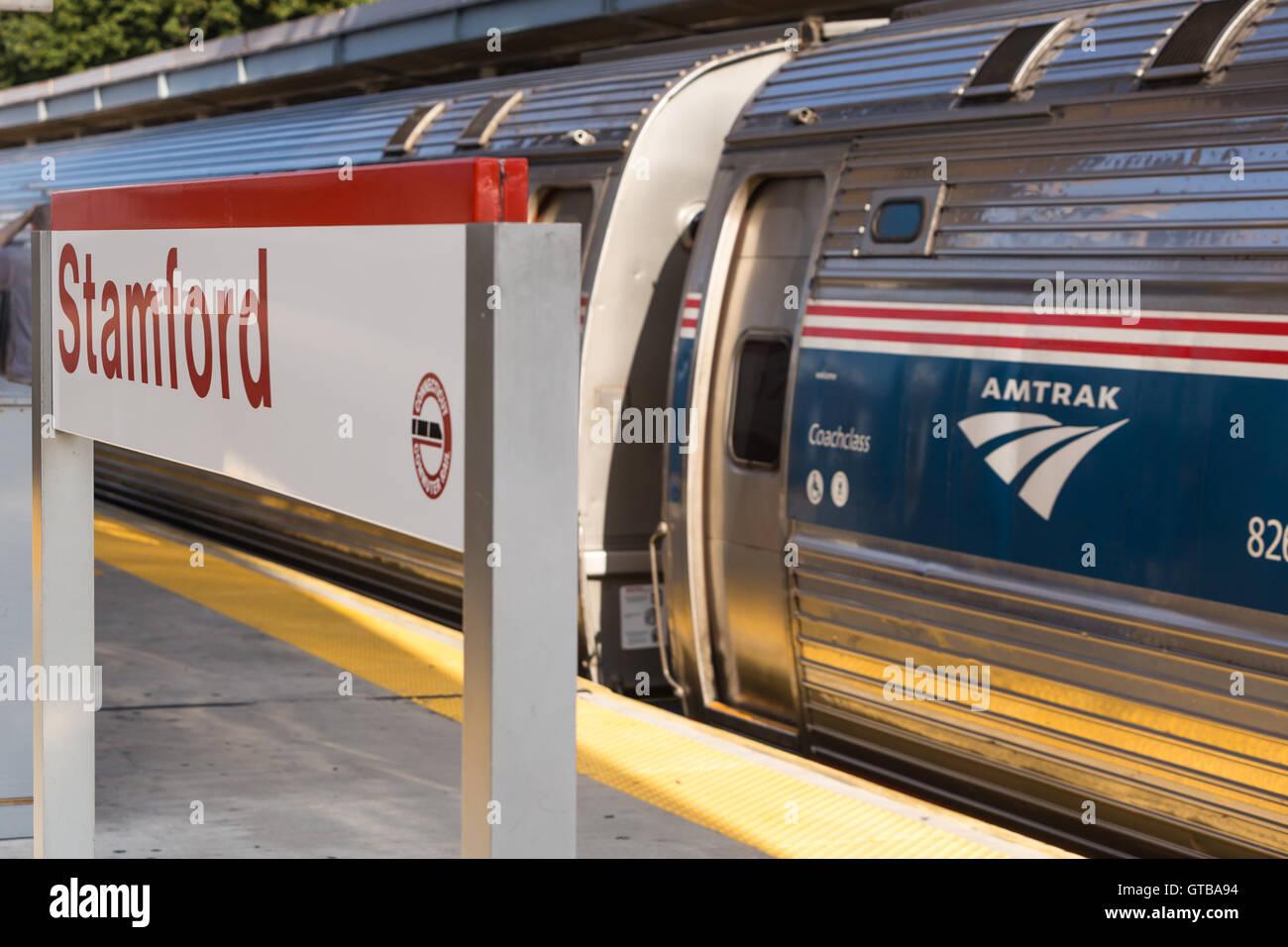 In nördlicher Richtung Amtrak Northeast Regional Zug nimmt Fahrt auf, wie er vom Bahnhof Stamford in Stamford, Stockbild