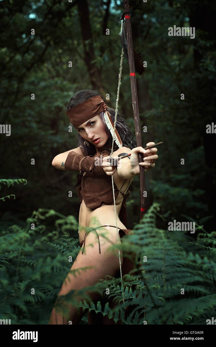 Wilde Jägerin mit Bogen in den Wald. Macht und überleben Stockbild
