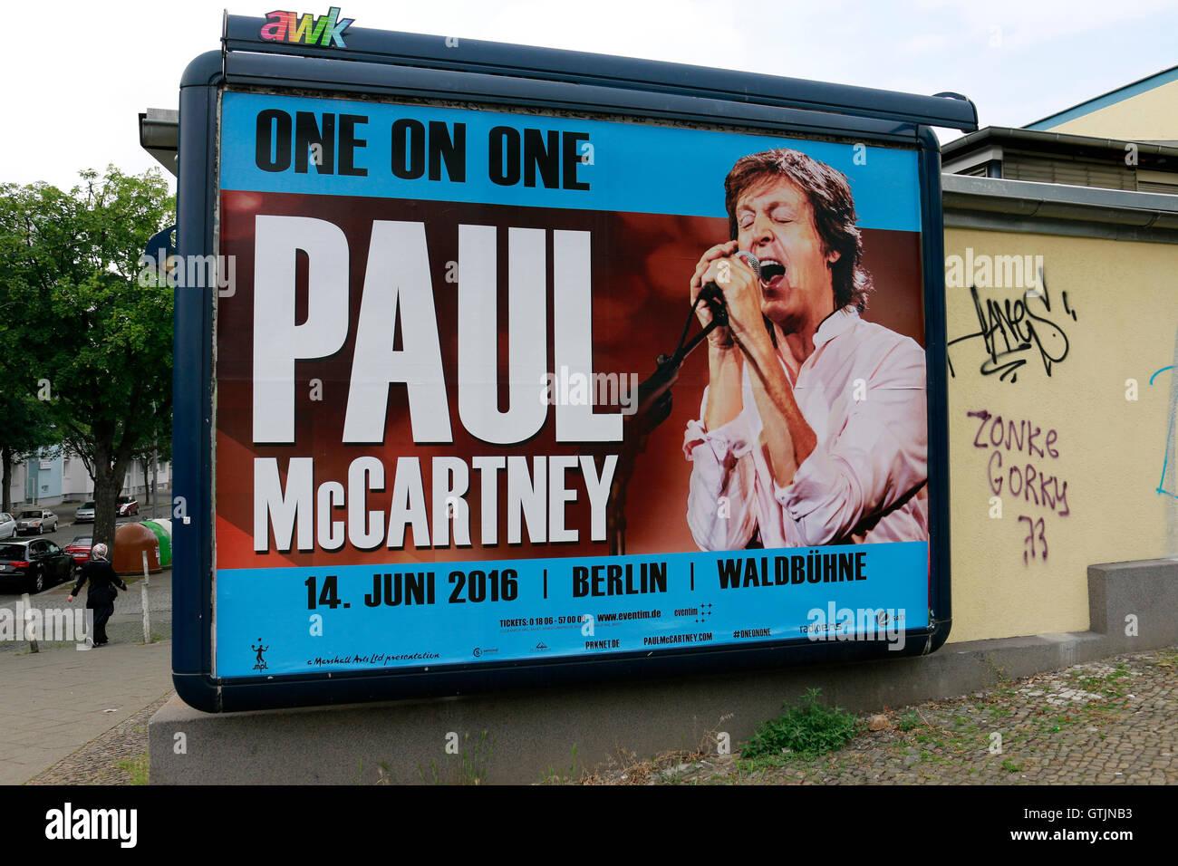 Plakat Mit Werbung Fuer Ein Konzert von Paul McCartney, Berlin. Stockbild