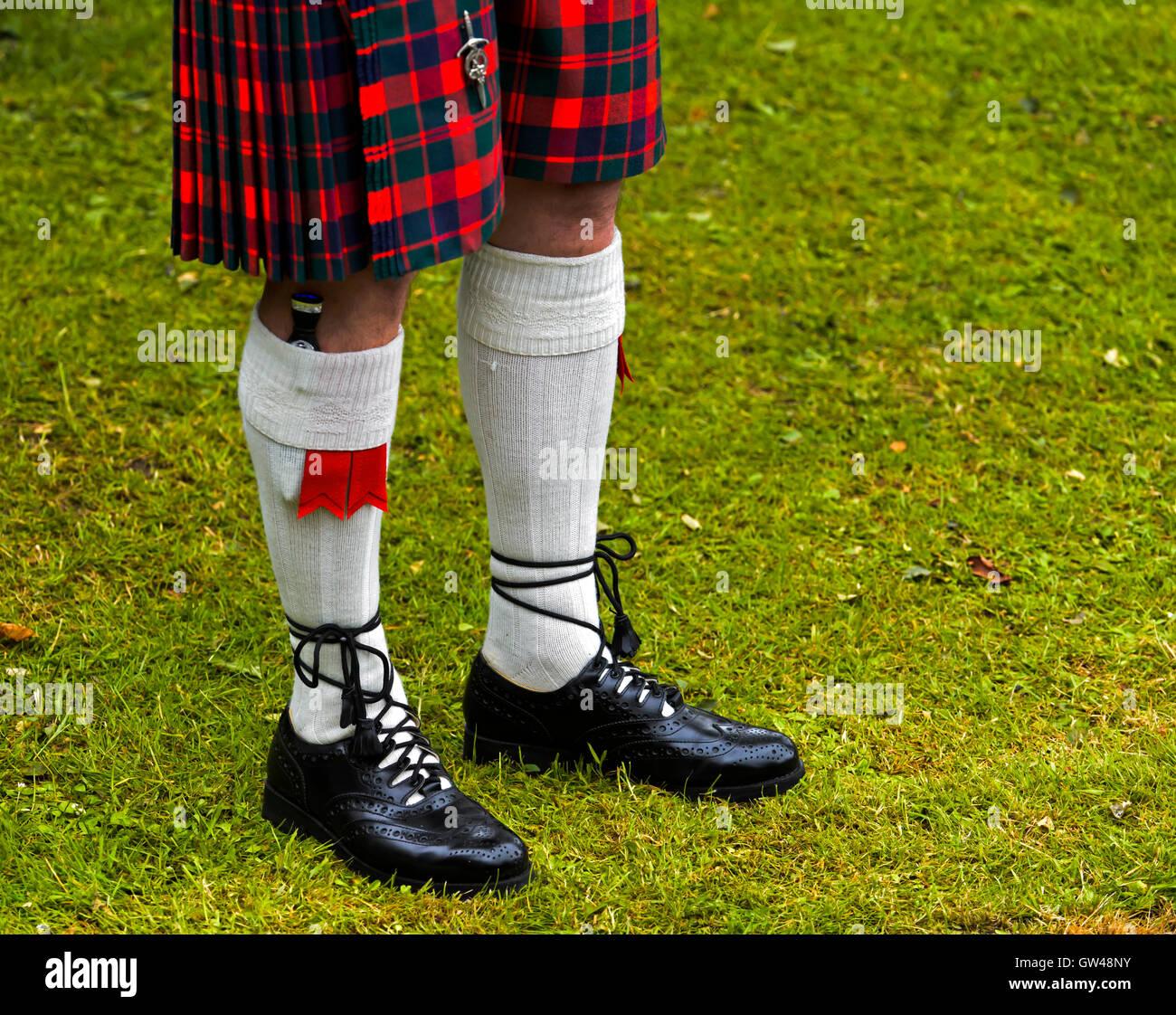 Traditionelle Highland Dress, Kilt, Kilt Socken, Kilt Socken Blitze, Sgian Dubh Messer und schottischen Leder Ghillie Stockbild