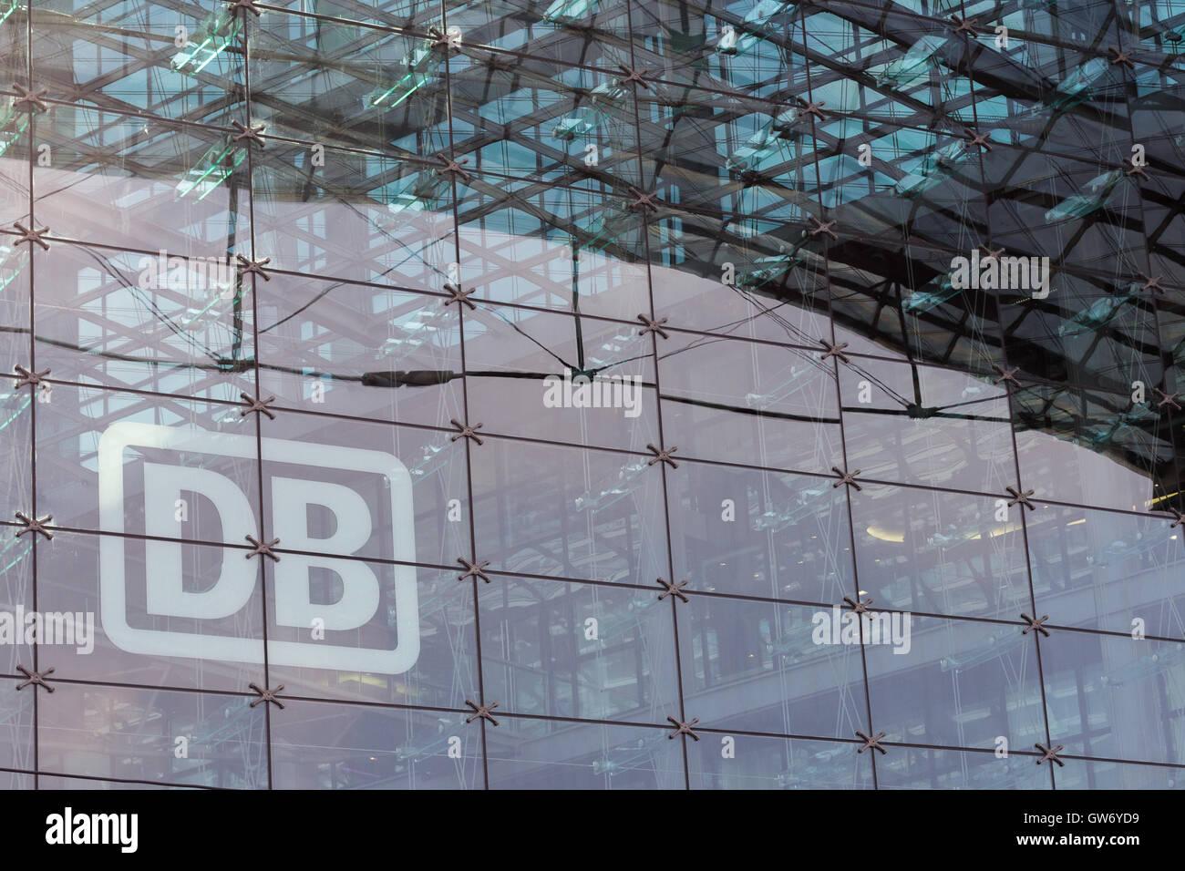 """Deutsche Bahn Logo """"DB"""" (Deutsche Bahn) auf Glas-Fassade des Hauptbahnhofs Berlin (Berlin Hauptbahnhof) Stockbild"""