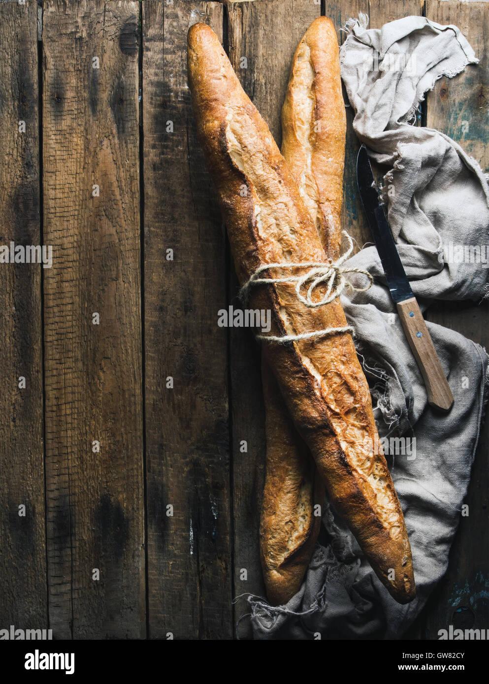 Französische Baguettes auf grobe rustikale Holz Hintergrund Stockbild