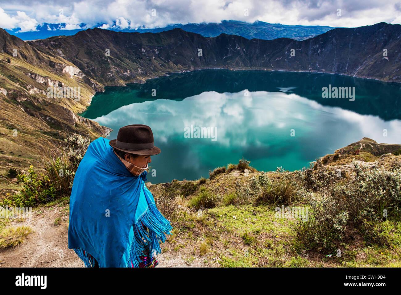 Quilotoa Ecuador - 27. Januar 2014: Ecuadorianische Frau Tracht zu Fuß in der Nähe der Vulkan Quilotoa Stockbild