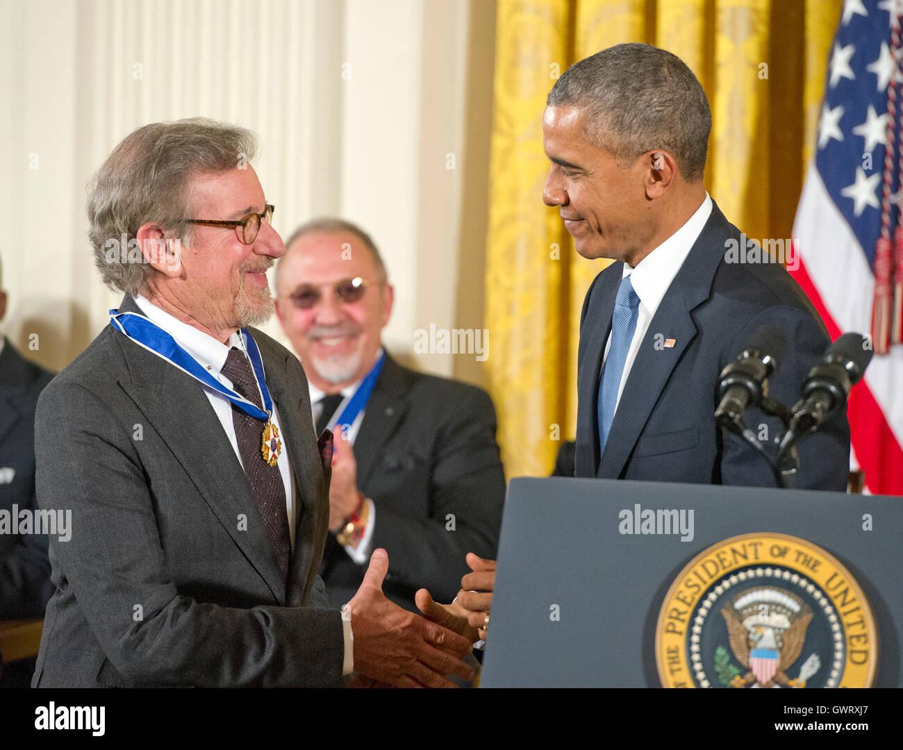 US-amerikanischer Filmregisseur, Drehbuchautor, Produzent, Philanthrop und Unternehmer Steven Spielberg schüttelt Stockbild