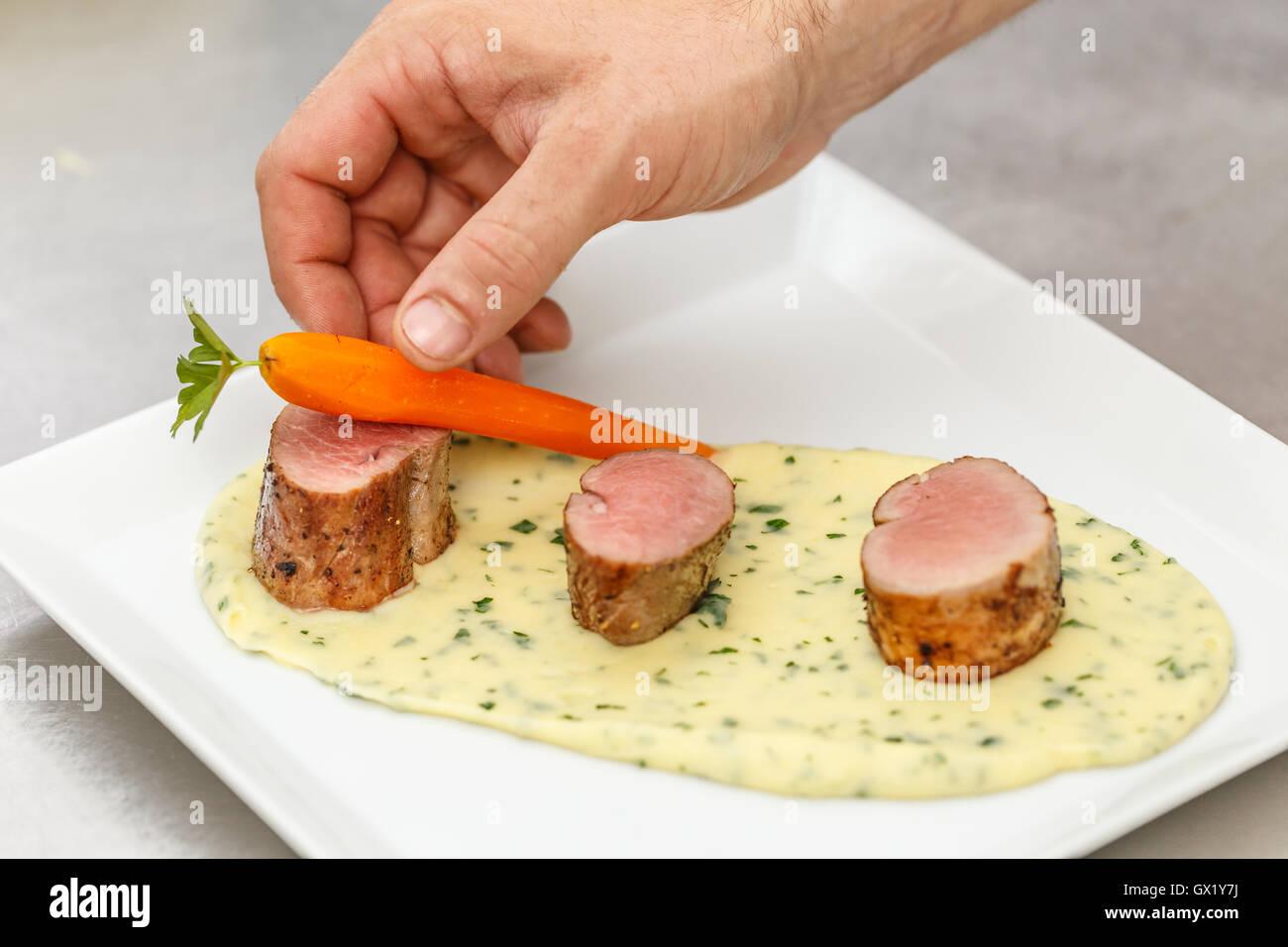 Koch garnieren Teller mit Karotte, feines Essen Stockbild