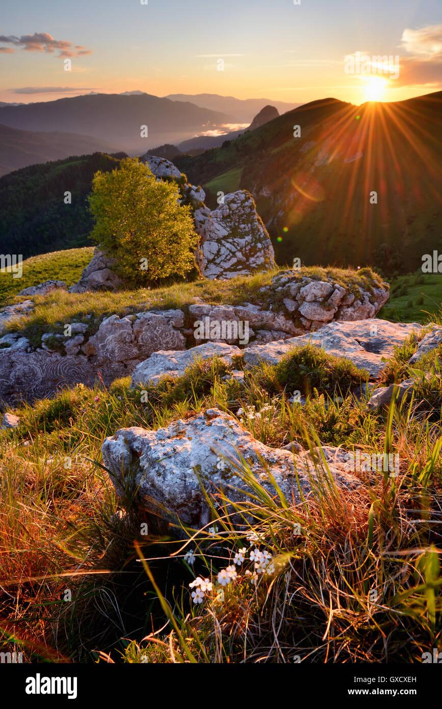 Landschaft mit Felsen bei Sonnenuntergang, Bolshoy Thach (große Thach) Naturpark, Kaukasus, Republik Adygea, Stockbild