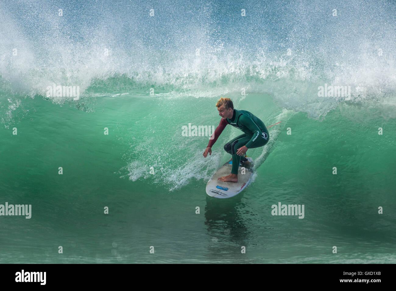 Ein Surfer in einer spektakulären Aktion auf den Fistral in Newquay, Cornwall.de. Stockbild