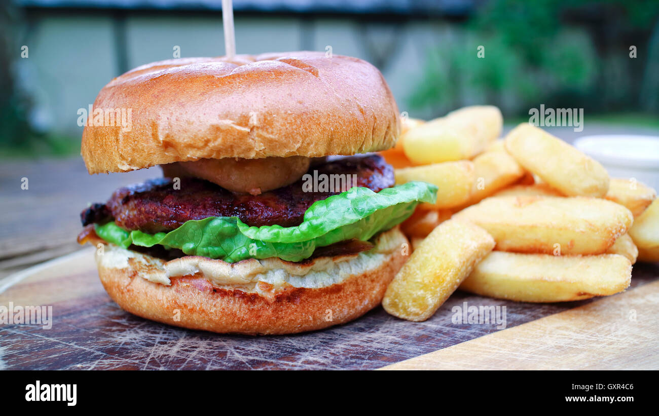 Nahaufnahme von Fleisch-Burger mit grünem Salat, genießen Sie in einem Weizen-Brötchen angeboten Stockbild