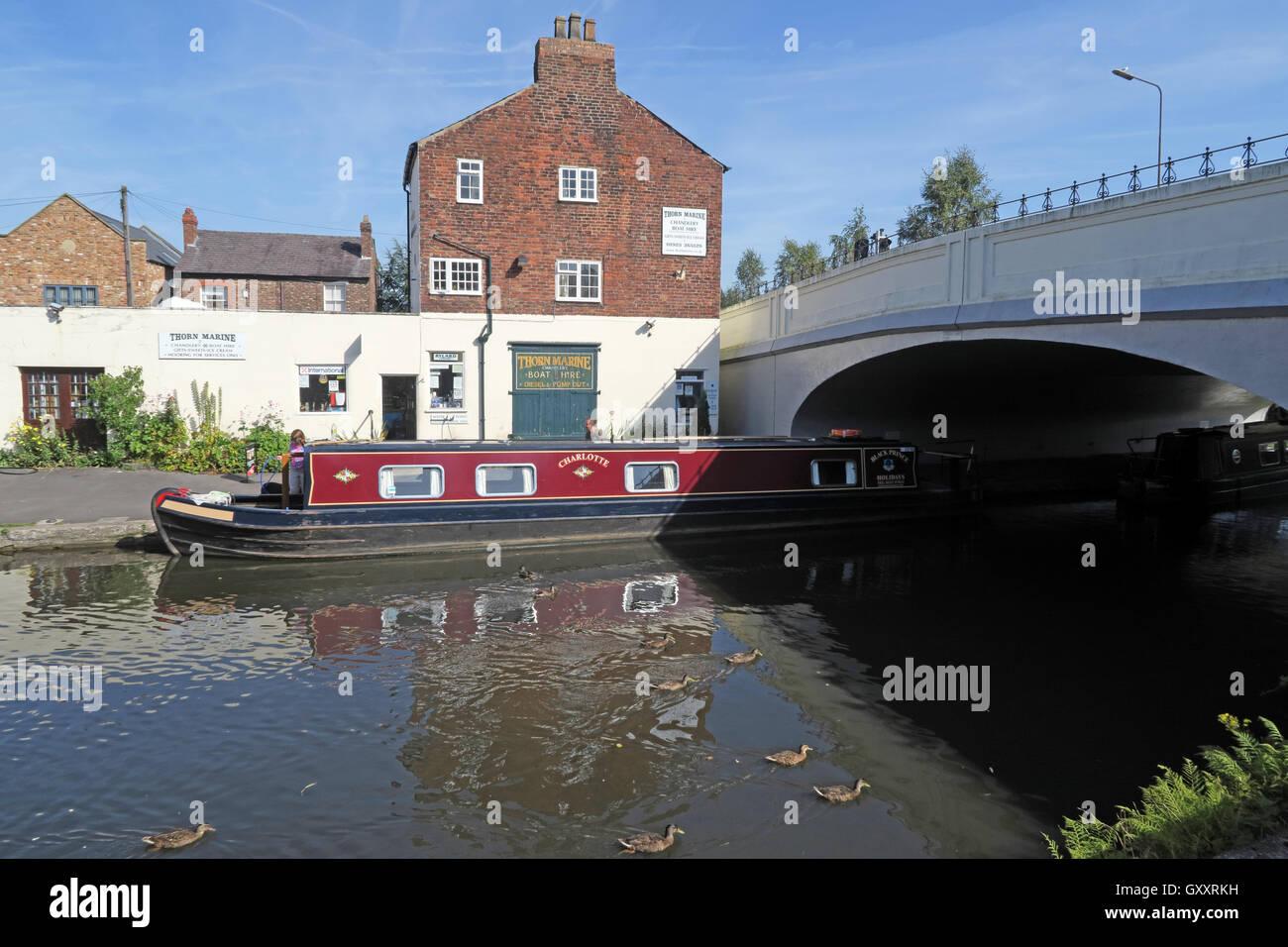 Laden Sie dieses Alamy Stockfoto Dorn-Marine-Werft und Shop, Stockton Heath, Warrington, England - GXXRKH