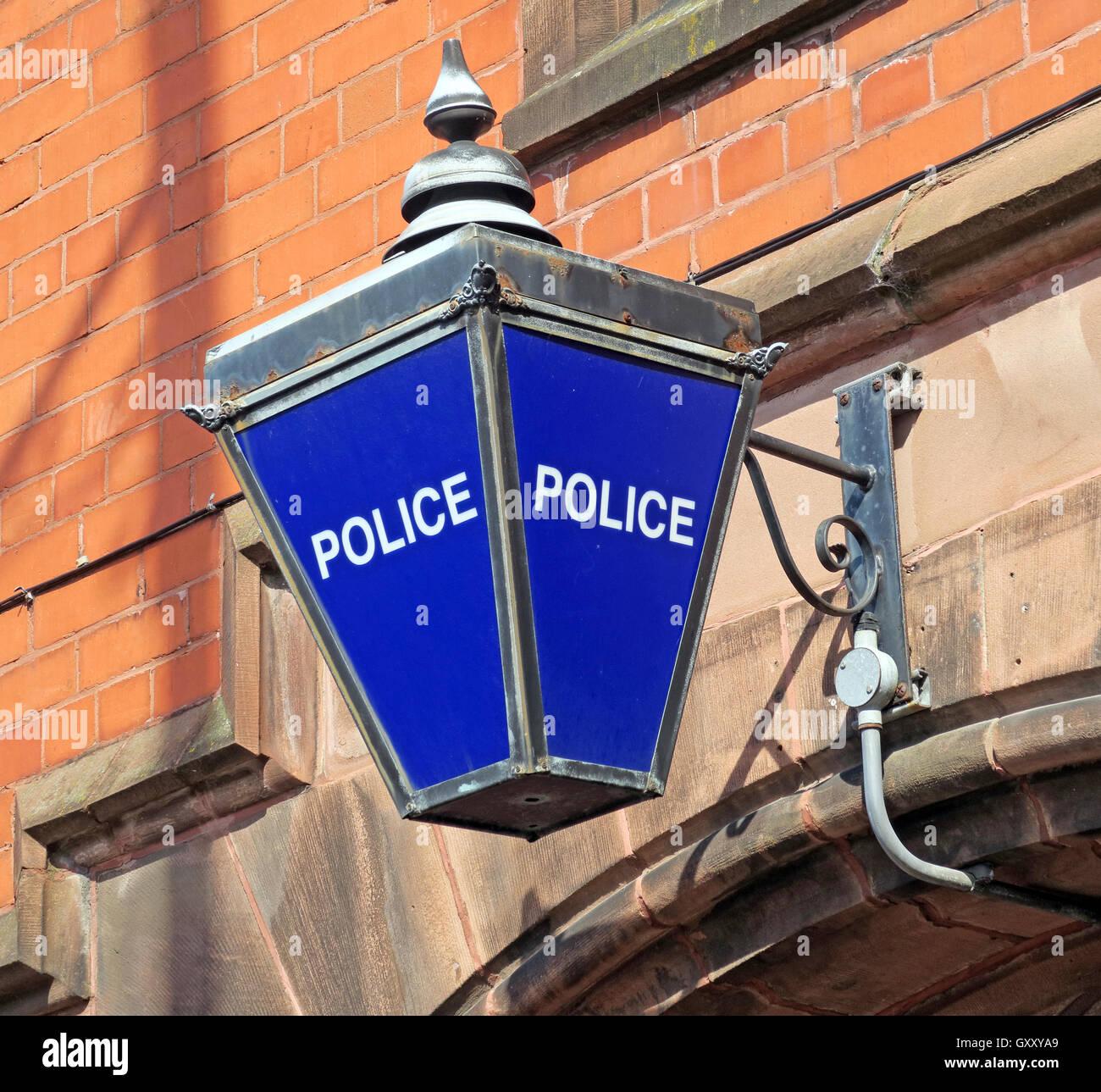 Laden Sie dieses Alamy Stockfoto Traditionelle blaue britische Polizeistation Lampe, Stockton Heath, Warrington, Cheshire - GXXYA9