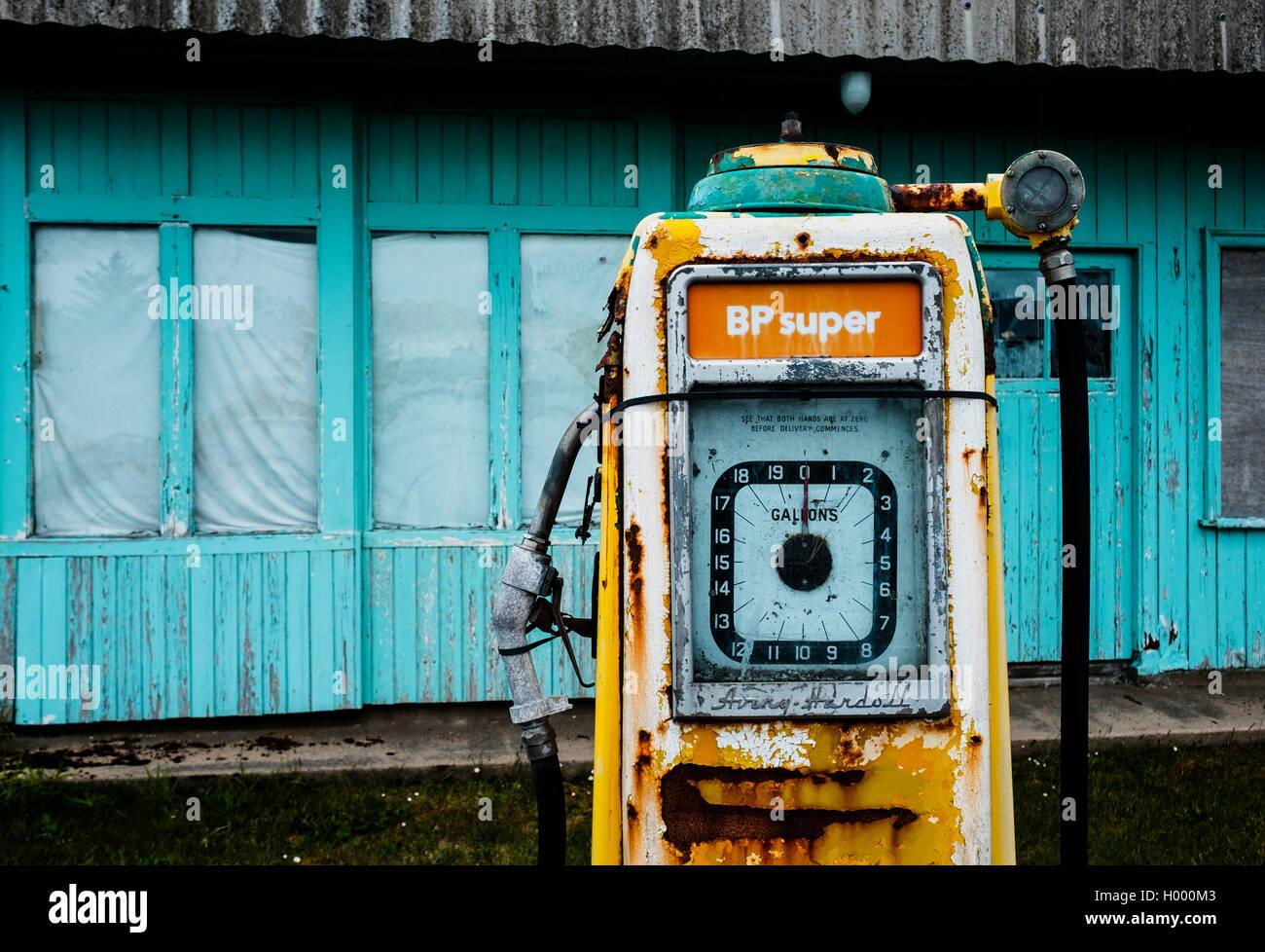 Alte Tankstelle, nostalgische Zapfsäule, Brora, Highland, Schottland, Vereinigtes Königreich Stockbild