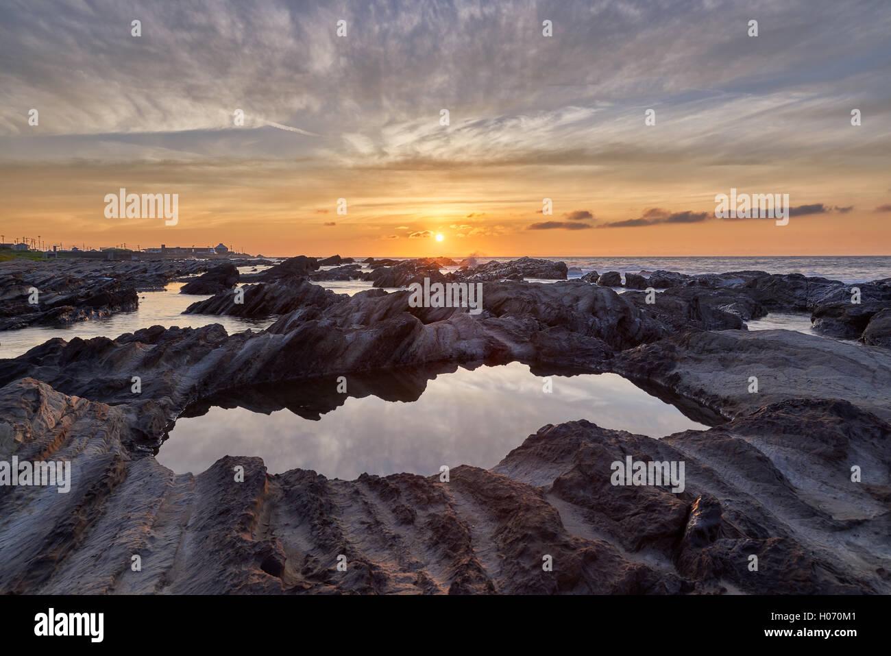 Sunrise Lichtmenge Meer Felsen am Strand am Morgen in Minamiboso, Präfektur Chiba, Japan Stockbild
