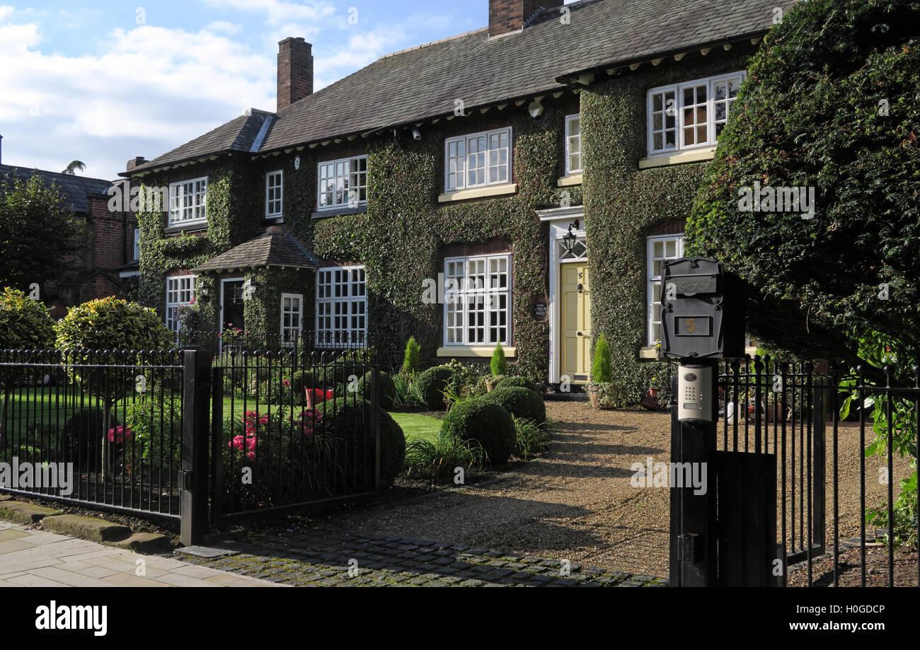 Laden Sie dieses Alamy Stockfoto Häuser in die Church Lane, Grappenhall, Warrington, Cheshire, England, WA4 3EP - H0GDCP