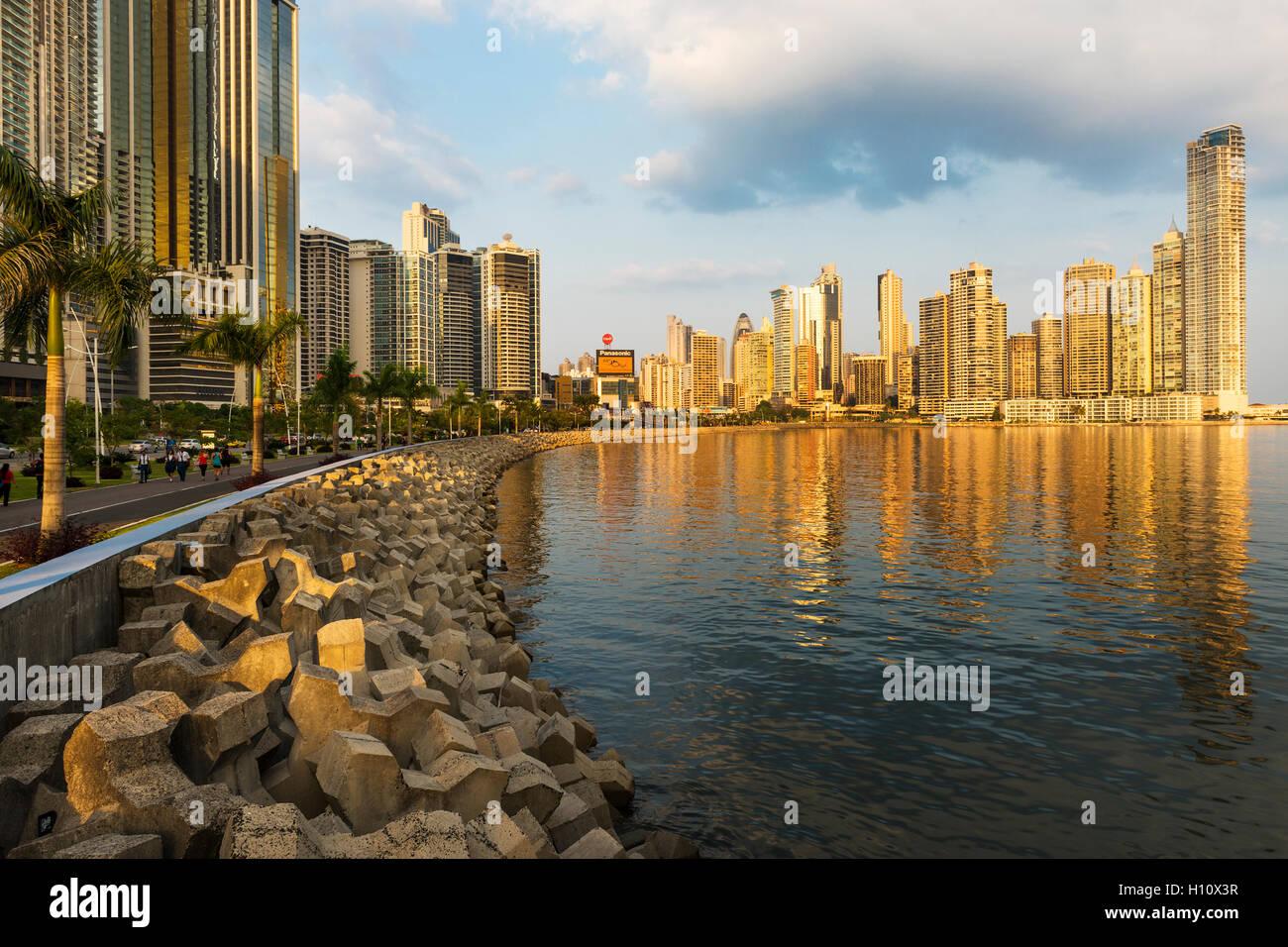 Panama-Stadt, Panama - 18. März 2014: Blick auf den financial District und Meer in Panama City, Panama, bei Stockbild