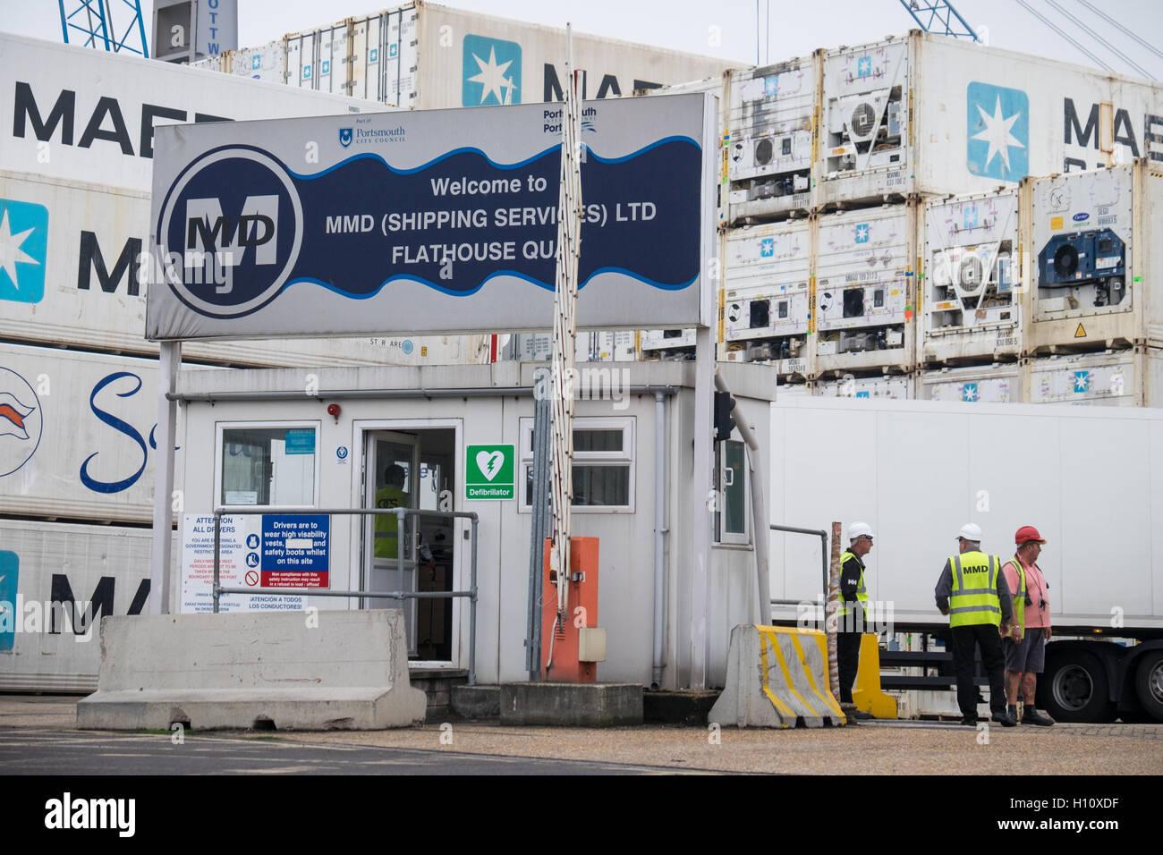 Arbeitnehmer bei Eingang des MMD Shipping Services Ltd Hof an Flathouse Quay in Portsmouth Dockyard. Stockbild