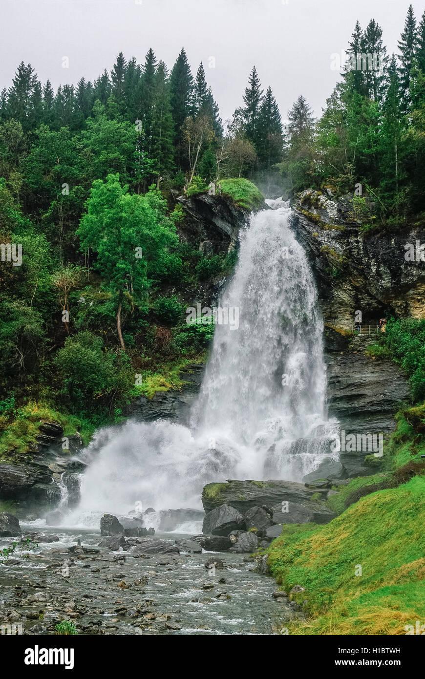 Norwegen, Hordaland Grafschaft. Berühmten Wasserfall Steinsdalsfossen. Skandinavische Natur. Stockbild