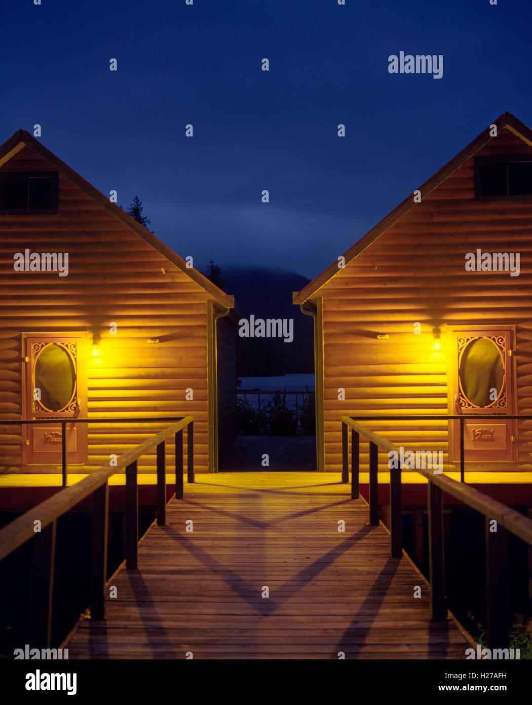 Nimmo Bay Resort Chalets # 3 und #4 in der Abenddämmerung. Britisch-Kolumbien Stockbild
