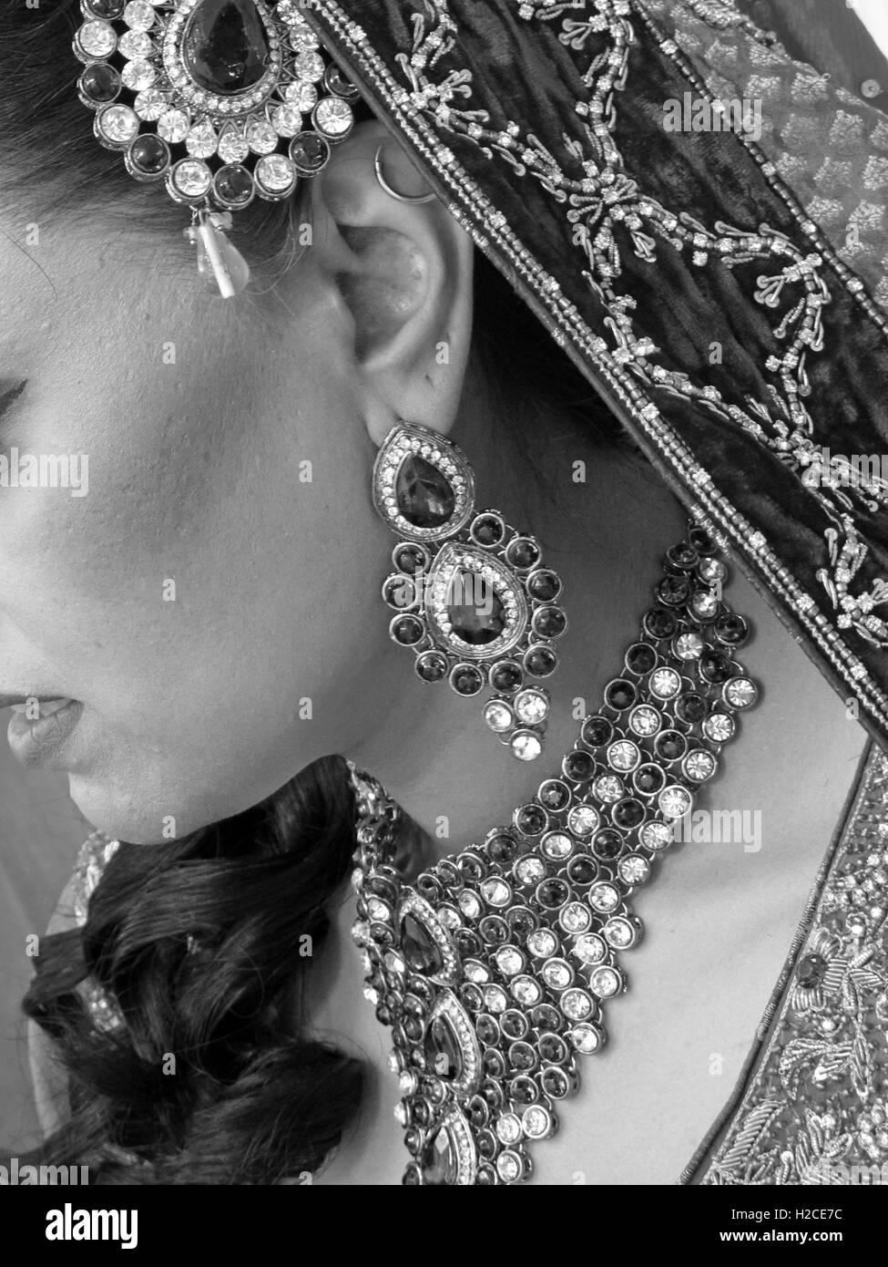 Laden Sie dieses Alamy Stockfoto Asiatischen Hochzeit Hände und Schmuck, Henna und gold - H2CE7C
