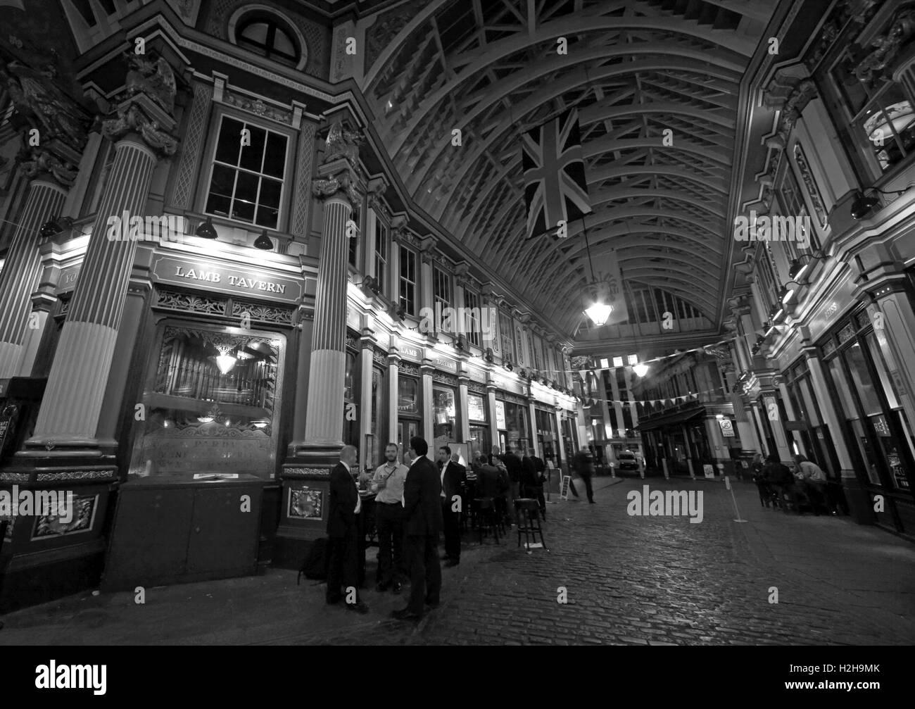 Laden Sie dieses Alamy Stockfoto Leadenhall Market in der Nacht, City Of London, England, UK - Panorama s/w - H2H9MK