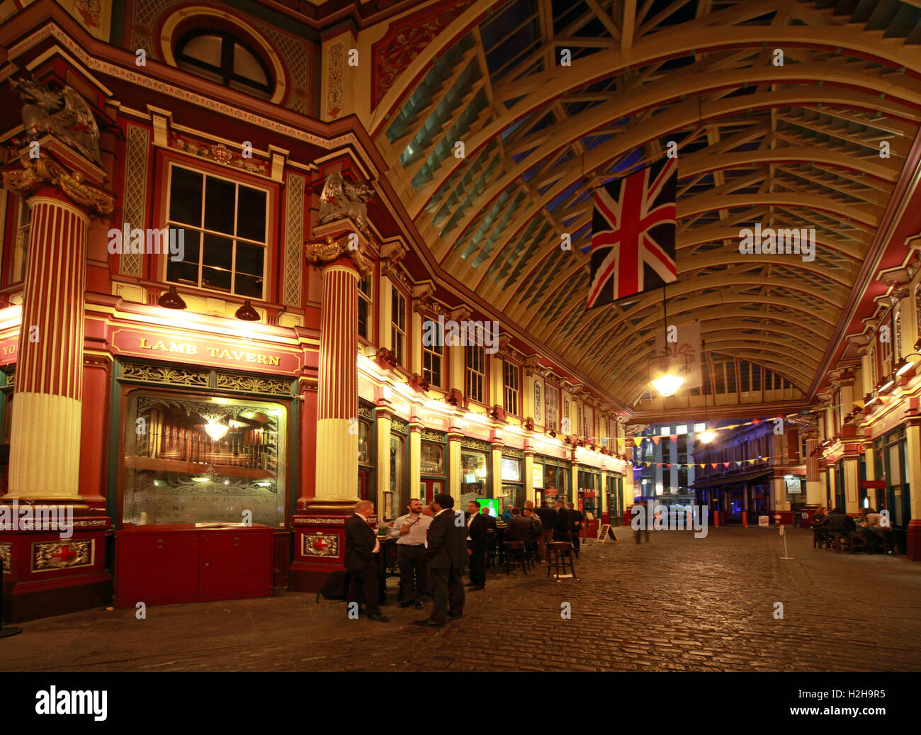 Laden Sie dieses Alamy Stockfoto Leadenhall Market in der Nacht, City Of London, England, UK - Panorama - H2H9R5